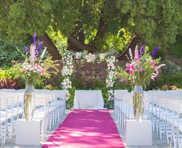 Arco de flores y arreglos sobre plintos (800×650)