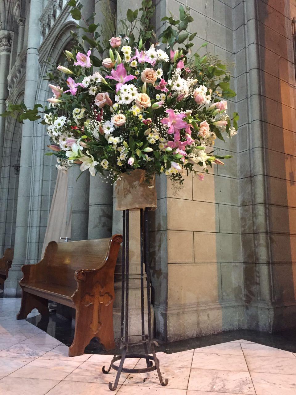 Arreglo de flores grande sobre atril