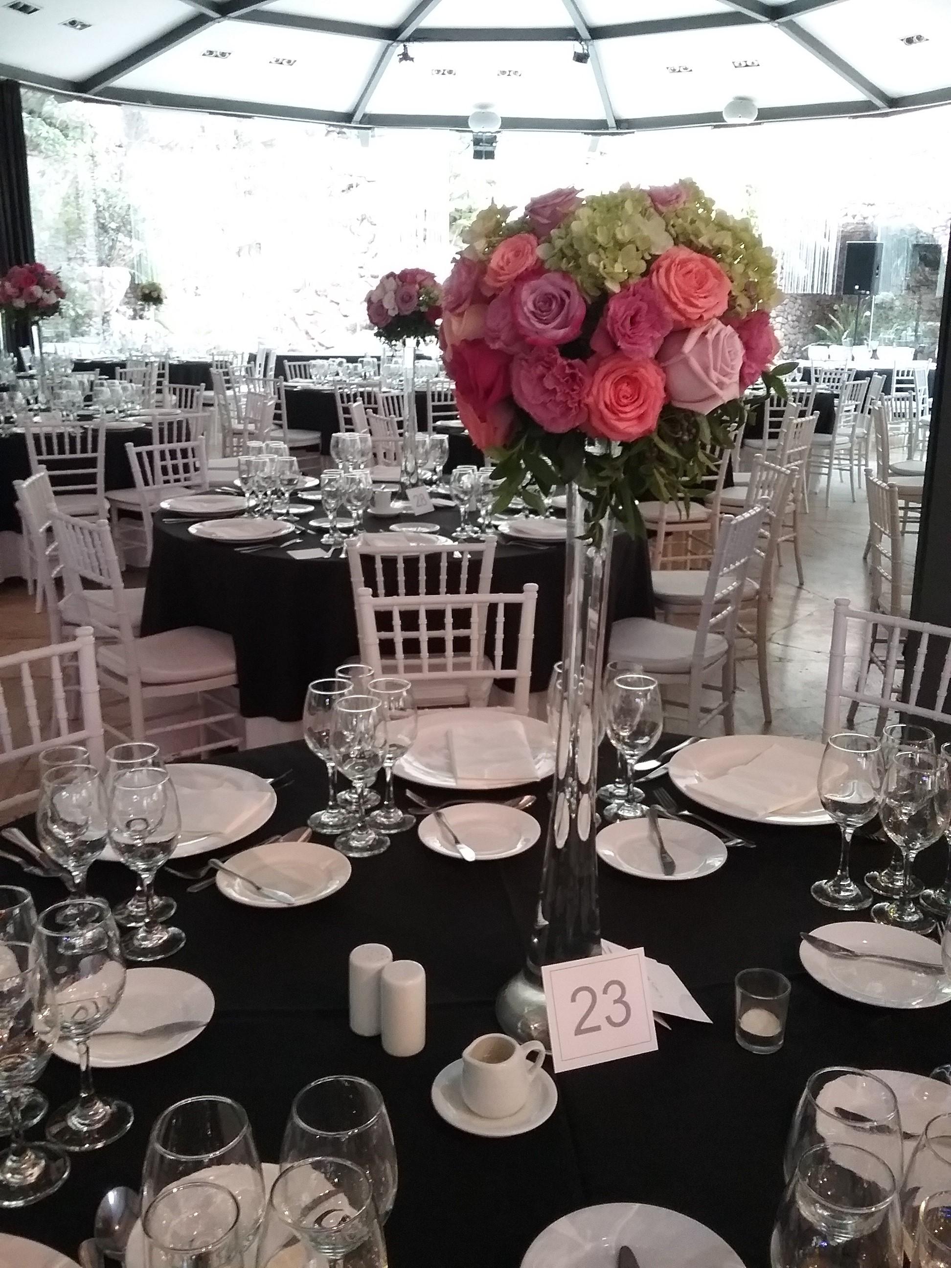 Centro de mesa alto con esfera de flores